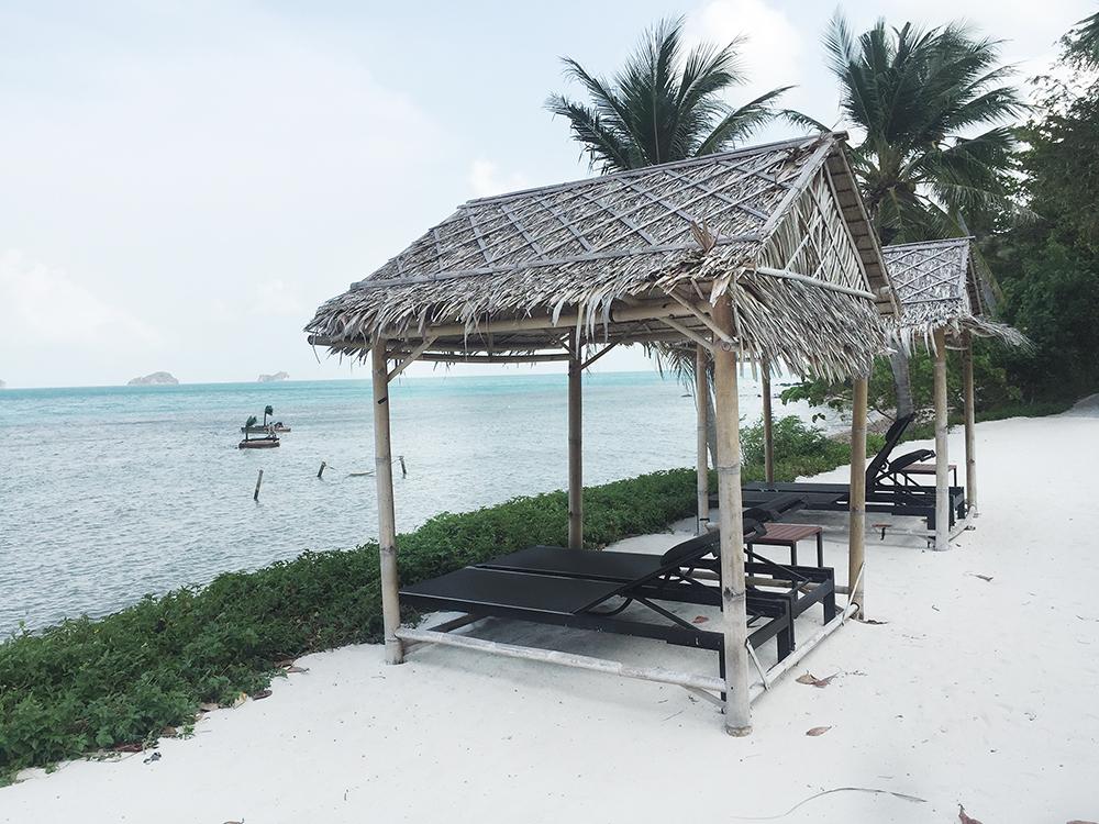 Girl_a_la_mode_for_Conrad_Koh_Samui_beach_beds_2