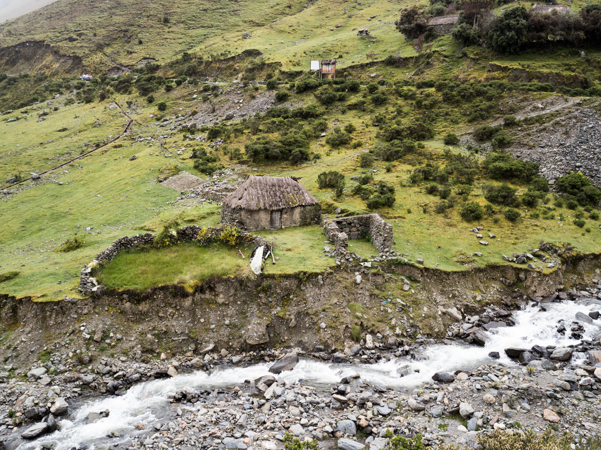 Peru-the-road-to-Cusco-ramshackle-town